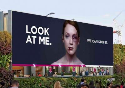 Outdoor interativo transforma rosto feminino